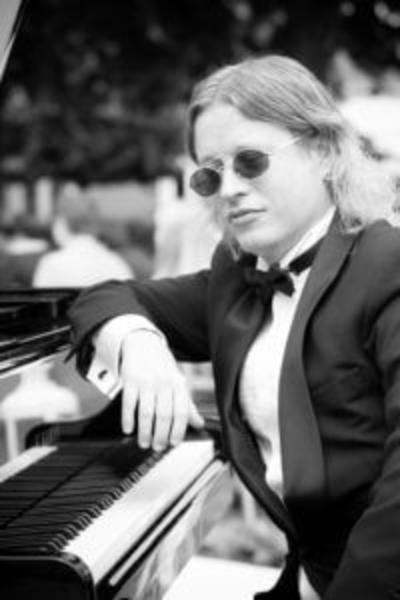 Wilt u een goede pianist boeken?